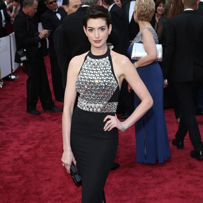 Anne Hathaway Rocks Jewelled Dress At Oscars