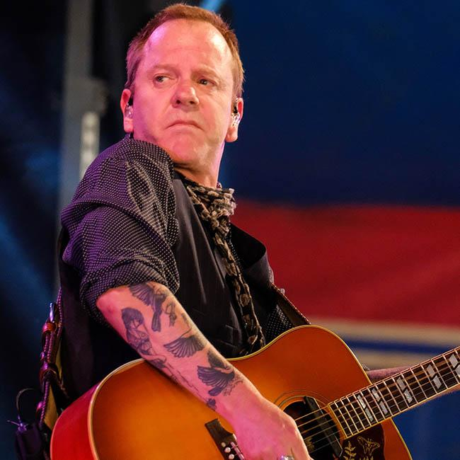 Kiefer Sutherland draws crowds with country set at Glastonbury
