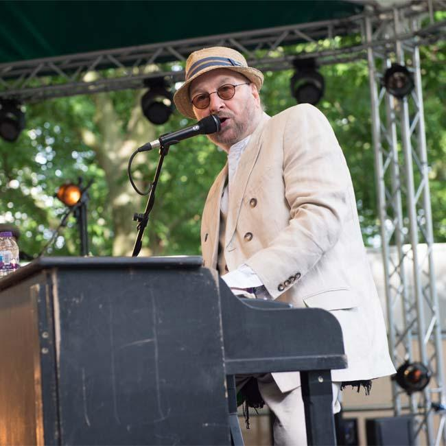 Chas Hodges makes triumphant return to the stage
