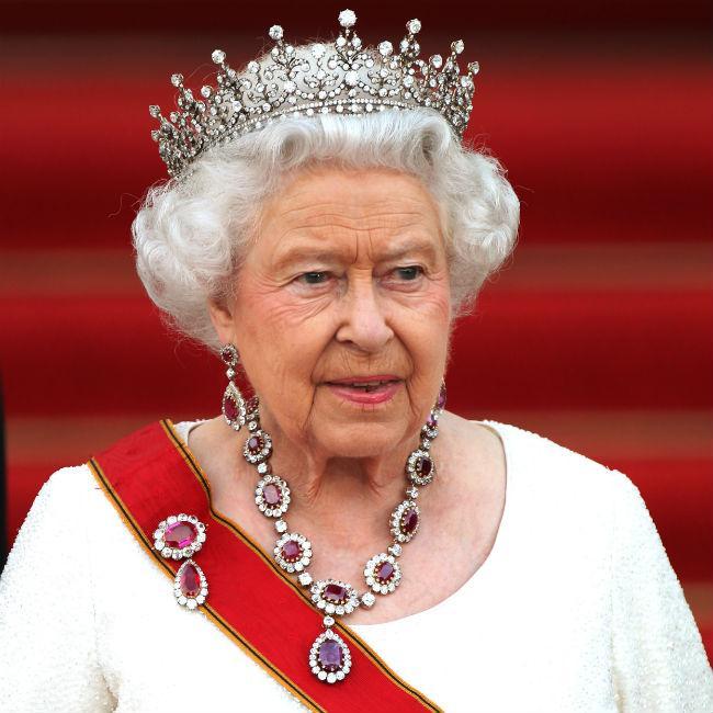 Queen Elizabeth risks neck break while wearing crown