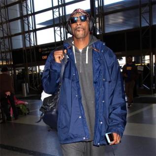 Snoop Dogg helps stranded motorist