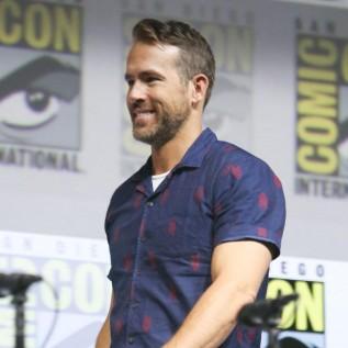 Ryan Reynolds delays surgery