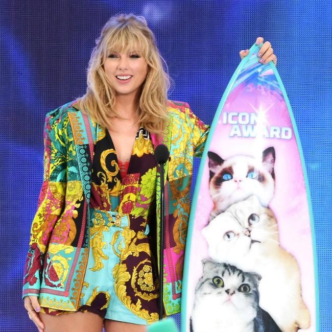 Taylor Swift gives inspiring Teen Choice Awards speech