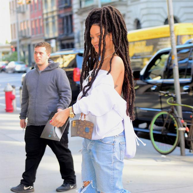 Rihanna apologises for album delay