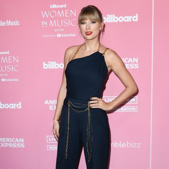 Taylor Swift serenaded by super fan on holiday